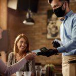 Coronavirus en restaurantes: pago en efectivo o con tarjeta